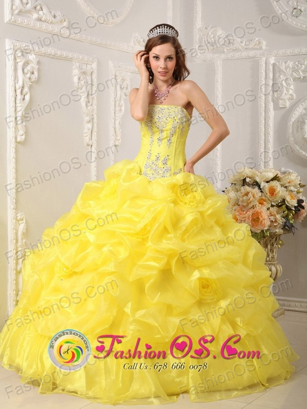 San Clemente Chile Yellow Beaded Appliques Decorate Bodice Hand Made Flower Pick-ups Ball Gown For Sweet 16 Style QDZY054FOR