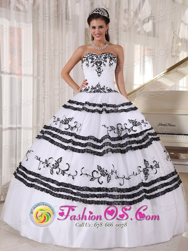 Black and White Quinceanera Dress With Sweetheart Neckline Embroidery ball gown for 2013 Aguacaliente Costa Rica Style PDZY439FOR