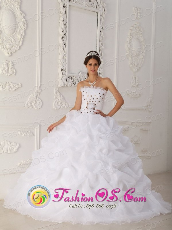 Tunja Colombia Wholesale Cheap White Hand Made Flowers Quinceanera Dress With Strapless Court Train gold Beading and Ball Gown for Formal Evening Style QDZY450FOR