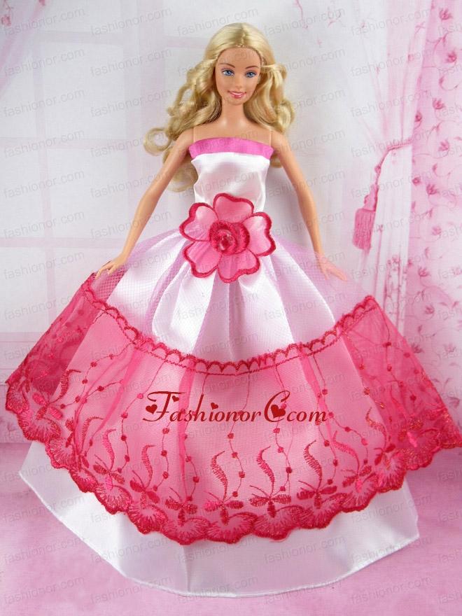 大きな花のドレスのバービー