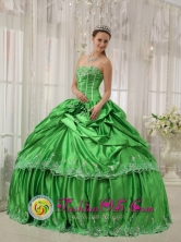 Customize Beautiful Spring Green For Low Price Dress Beading and Applique Quinceanera Ball Gown in Berlin El Salvador Style QDZY410FOR