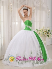 Fall Hot White and green Sweetheart Neckline Quinceanera Dress With Embroidery Decorate In Capiata Paraguay Style QDZY408FOR