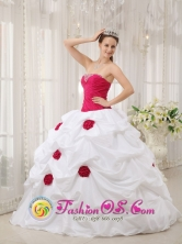 Medio San Juan Colombia Hand Made Flowers and Beading Decorate Bodice Sexy White and Hot Pink Wholesale Quinceanera Dress For 2013 Quinceanera Style QDZY378FOR
