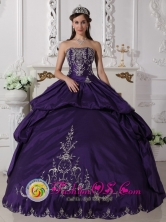 Taffeta With Embroidery Elegant Purple Remarkable Wholesale Quinceanera Ball Gown Dress For 2013 San Pablo Colombia Strapless Style QDZY557FOR