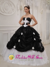2013 Pese Panama Black and White Pick-ups Quinceanera Dresses With Beading Taffeta and Tulle gown For Winter Style QDZY413FOR