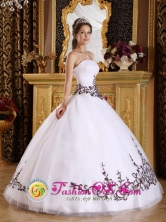 Embroidery Discount White Tulle Strapless Wholesale Quinceanera Dress For 2013 Custom Made   Ball Gown in Summer IN Tala Uruguay Style QDZY225FOR