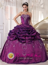 2013 Puebla Mexico Summer Wholesale Eggplant Purple Embroidery Quinceanera Ball Gown with Pick ups Style PDZY552FOR