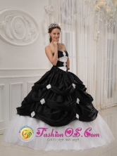 2013Pinillos Colombia Wholesale Black and White Pick-ups Quinceanera Dresses With Beading Taffeta and Tulle gown For Winter Style QDZY413FOR